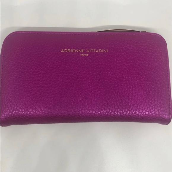 Adrienne Vittadini Handbags - NWT Adrienne Vittadini  Charging Wallet